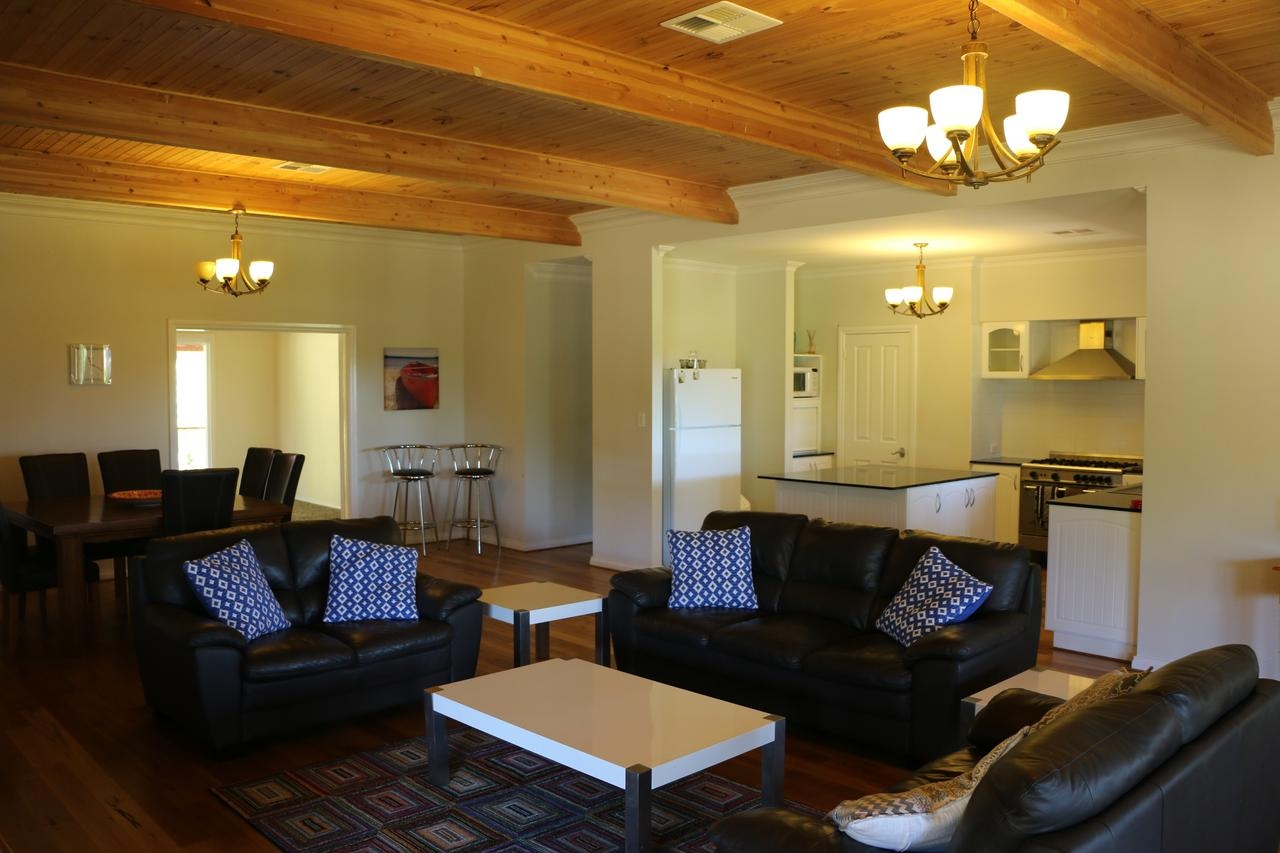 Burton Farmhouse - Accommodation Yamba